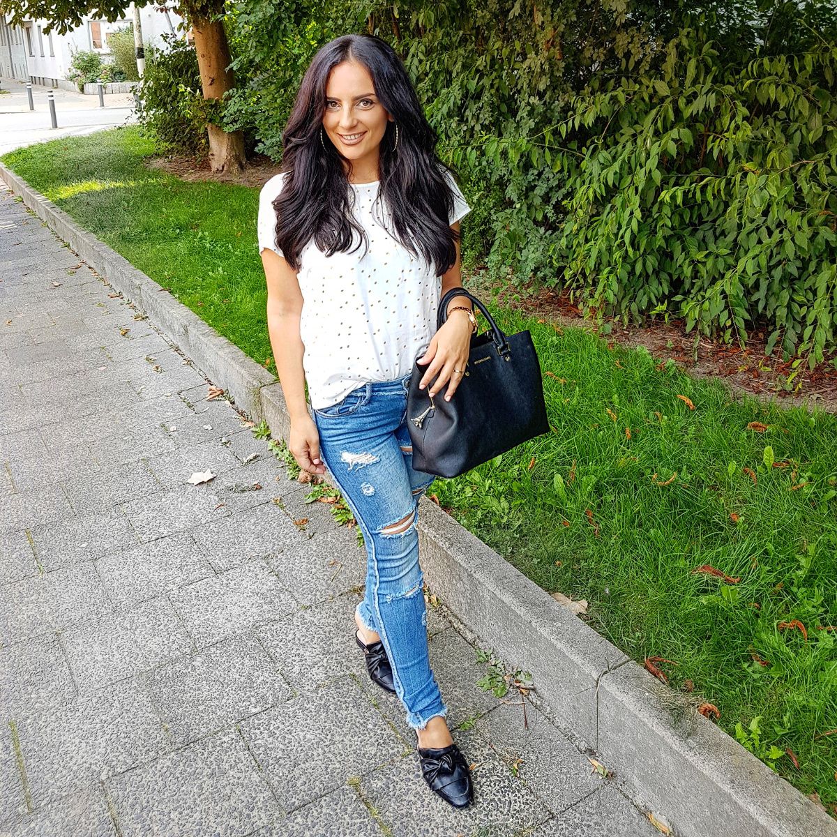 casual-jeans-zerrrissene-jeans-ripped-schleifen-schuhe-lange-haare-fashion-blog-outfit-streetstyle.