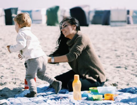 picknick-am-strand-meer-ostsee-familie-mamablog-momblog-mutter-kind.
